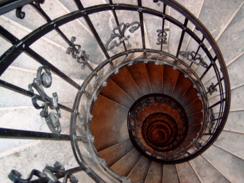 1024px-At_the_top_of_the_stairs_in_the_dome_of_St._Stephen's_Basilica_in_Budapest